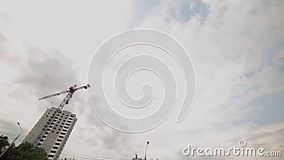 o guindaste de torre da construção do Tempo-lapso funciona contra o céu nebuloso vídeos de arquivo
