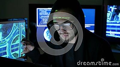 O hacker de computador que rouba o dinheiro com o cartão de banco roubado, rouba a finança através do Internet, hacker que tentam vídeos de arquivo