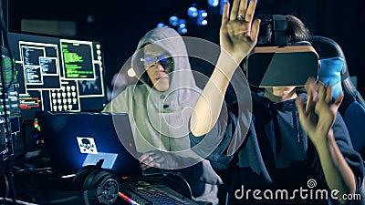 O hacker masculino e seu colega fêmea nos VR-vidros estão trabalhando filme