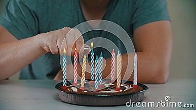 O homem acende velas num bolo filme