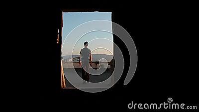O homem anda no telhado vídeos de arquivo