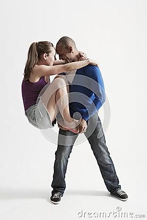 O homem apoia o sócio da dança moderna