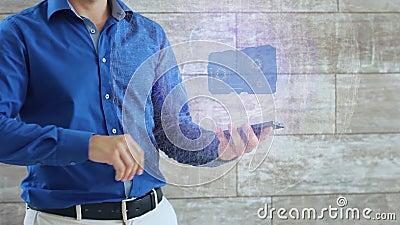 O homem ativa um holograma conceptual de HUD com automatização do texto video estoque