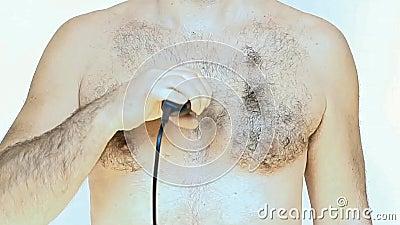 O homem barbeia sua caixa vídeos de arquivo