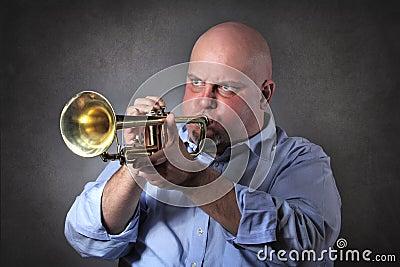 O homem com expressão forte joga uma trombeta