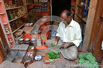 O homem de Inidan vende a folha Fotografia Editorial
