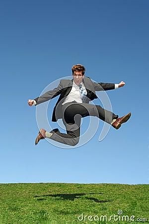 O homem de negócios que salta para a alegria