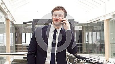 O homem de negócios seguro novo é negócio incorporado no smartphone na entrada do escritório moderno video estoque
