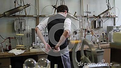 O homem decola o revestimento do laboratório após as experiências químicas video estoque