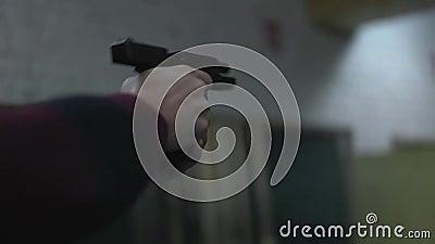O homem dispara em uma arma no fim da escala de tiro acima filme