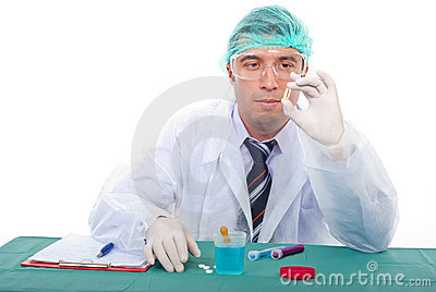 O homem do laboratório examina a cápsula do petróleo