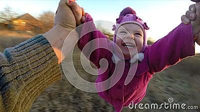 O homem gerencie sua filha pequena exterior, primeiro Person View From