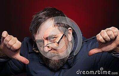 O homem idoso dá os polegares para baixo