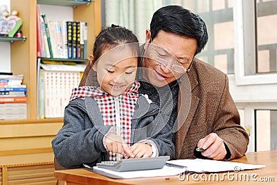 O homem maduro está ensinando o cálculo da menina