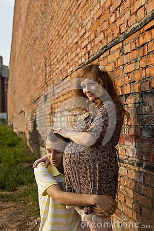 O homem novo beija sua esposa grávida