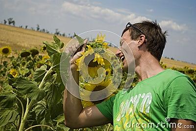 O homem novo no t-shirt verde canta uma canção