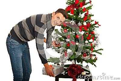 O homem pôs o presente sob a árvore
