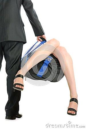 O homem prende o saco com colagem para fora dos pés fêmeas