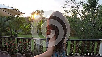 O homem principal da mulher no ponto de vista da câmera da ação do terraço do verão da menina que guarda a mão do indivíduo aprec vídeos de arquivo