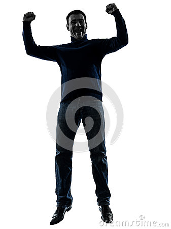 O homem que salta o comprimento completo da silhueta vitorioso feliz
