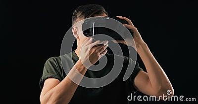 O homem viu algo terrível com óculos de realidade virtual O homem está assustado e chorando Horror da realidade virtual na hemlet video estoque