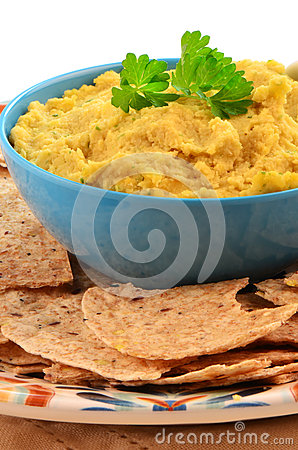 Hummus com mordidas inteiras da tortilha da grão