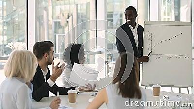 O instrutor africano do negócio pede o conhecimento das verificações das perguntas de participantes de formação video estoque