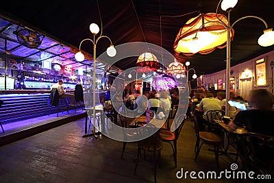 O interior acolhedor do café-clube Gogol Imagem Editorial