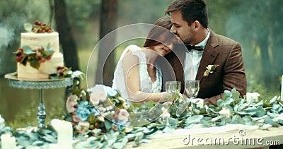 O jantar romântico em pares loving sensíveis atrativos da floresta enevoada no pano do vintage está abraçando maciamente na tabel filme