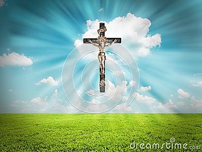 O Jesus Cristo na cruz irradia a luz no céu sobre