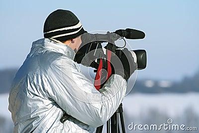 O journalista com um vídeo câmera