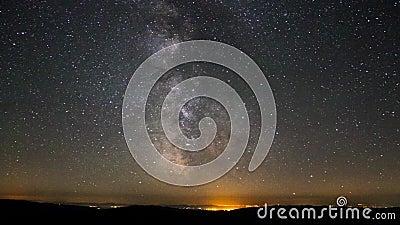 O lapso de tempo da astronomia da galáxia da Via Látea stars mover-se acima da poluição clara do vale da montanha perto do verão  vídeos de arquivo