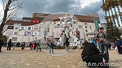 O lapso de tempo de turista n?o identificado visitou a est?tua de Gundam na frente da plaza do T?quio de DiverCity, Jap?o vídeos de arquivo