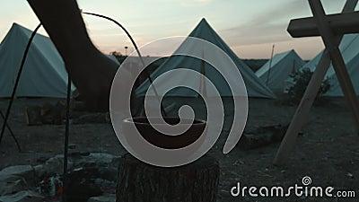 O legionário romano escava a água de um jarro no acampamento militar vídeos de arquivo