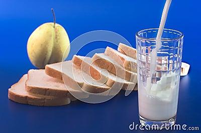 O leite derrama em um vidro