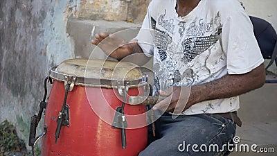 O músico está jogando o cilindro na rua video estoque