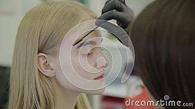 O maquilhador faz a sobrancelha que mancha com as tinturas naturais, tonificando com hena, procedimentos cosméticos no salão de b filme
