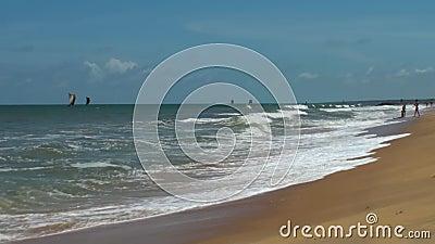 O mar acena a ressaca no Sandy Beach maldives Fim acima filme