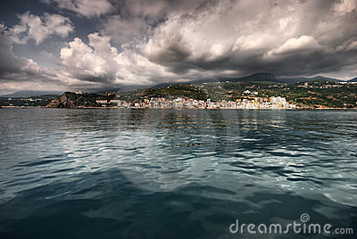 O mar, o sol, nuvens, pedras