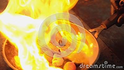 O marisco que cozinha flambering derrama o fogo do grupo do ?lcool video estoque