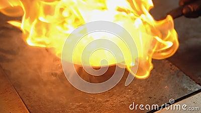 O marisco que cozinha flambering derrama o fogo do grupo do ?lcool vídeos de arquivo
