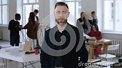 O meio bem sucedido envelheceu o gerente incorporado do CEO do homem europeu feliz no terno formal que sorri na câmera no escritó video estoque