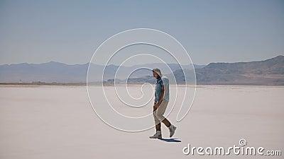 O meio esgotado Tired envelheceu o homem na roupa ocasional perdeu apenas o passeio no lago ensolarado quente perigoso do deserto filme