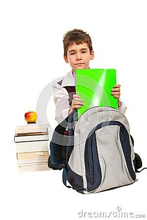 O menino do estudante prepara-se para fazer trabalhos de casa