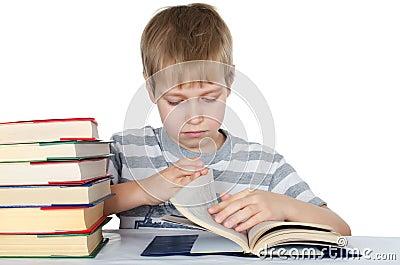 O menino lê o livro