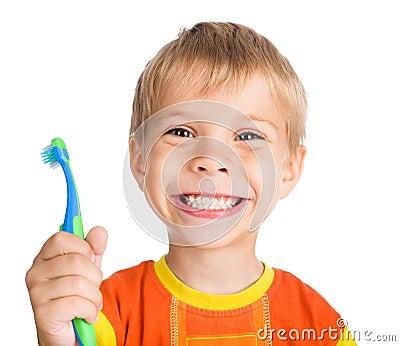 O menino limpa os dentes