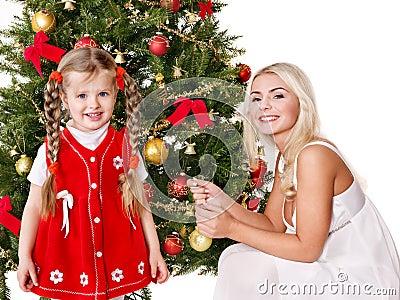 O Mum com uma filha decora a árvore de Natal.