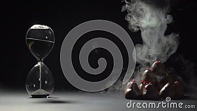 O nitrogênio líquido derrama na pirâmide das morangos no chocolate video estoque