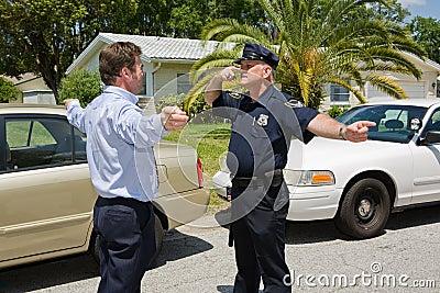 O oficial de polícia demonstra