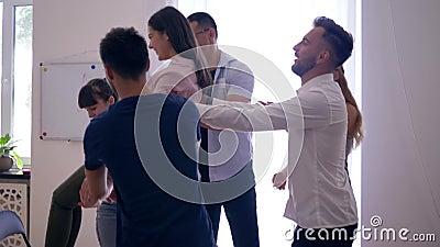 O onfidence e a confiança do ¡ de Ð, as quedas sobre parte traseira da menina e os colegas travam-na e aplaudem-na então na terap vídeos de arquivo